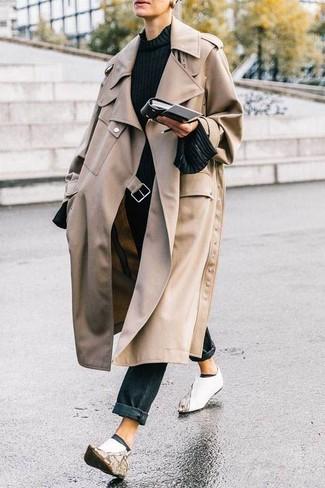 Comment porter: trench beige, pull à col rond noir, jean noir, bottines en cuir blanches
