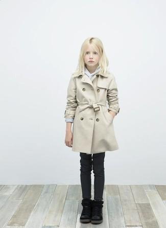 Comment porter: trench beige, pull gris, jean noir, bottes noires