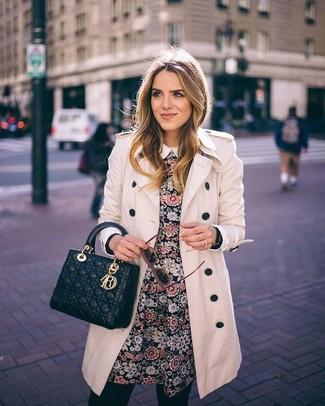 Essaie d'harmoniser un trench beige avec une robe patineuse à fleurs noire pour une tenue raffinée mais idéale le week-end.