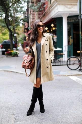 Comment porter: trench beige, robe trapèze en laine gris foncé, bottes hauteur genou en daim noires, cartable en cuir marron
