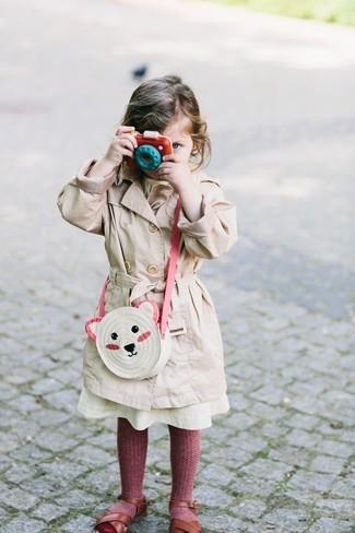Comment porter: trench beige, sandales marron, sac blanc, collants bordeaux
