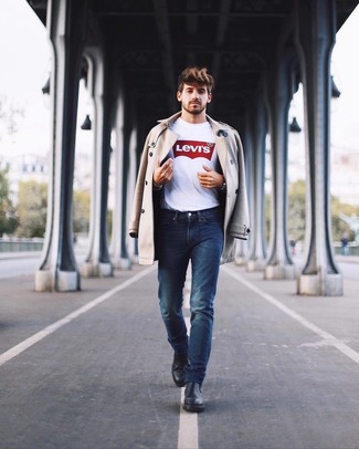 Comment porter: trench beige, t-shirt à col rond imprimé blanc et rouge, jean bleu marine, bottines chelsea en cuir noires