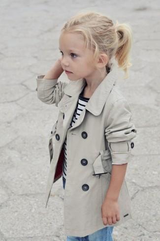 Comment porter: trench beige, t-shirt à rayures horizontales blanc et bleu marine, jean bleu clair