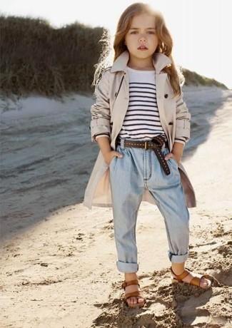 Comment porter: trench beige, t-shirt à rayures horizontales blanc et noir, jean bleu clair, sandales marron