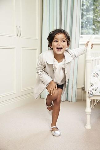 Comment porter: trench blanc, chemise de ville blanche, short noir, ballerines blanches