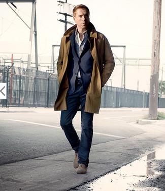 Comment porter: trench marron, blazer bleu marine, chemise à manches longues beige, jean bleu marine