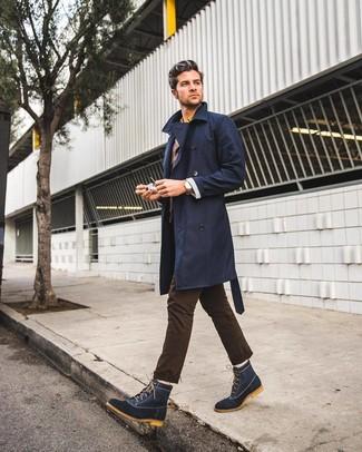 Comment porter: trench bleu marine, blazer marron foncé, chemise à manches longues jaune, pantalon chino marron foncé
