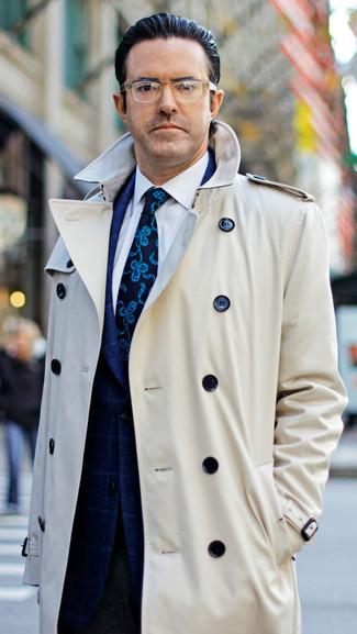 Comment porter: trench beige, blazer à carreaux bleu marine, chemise de ville blanche, pantalon de costume en laine marron foncé
