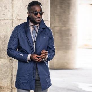 Comment porter: trench bleu marine, blazer en coton gris, chemise de ville beige, pantalon de costume gris
