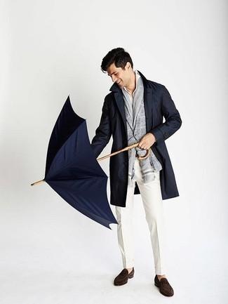 Comment porter un pantalon de costume blanc: Pense à associer un trench bleu marine avec un pantalon de costume blanc pour un look classique et élégant. Jouez la carte décontractée pour les chaussures et opte pour une paire de des slippers en daim marron foncé.