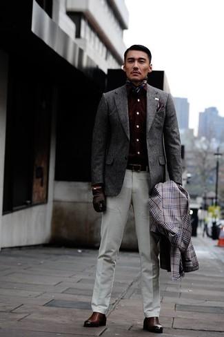 Comment porter un blazer en laine gris: Essaie d'associer un blazer en laine gris avec un pantalon de costume blanc pour un look classique et élégant. Si tu veux éviter un look trop formel, choisis une paire de des bottines chelsea en cuir marron.