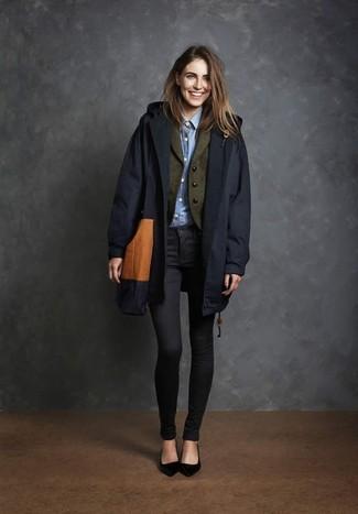 Comment porter: trench bleu marine, blazer en laine olive, chemise de ville bleu clair, jean skinny noir