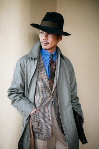 Comment porter: trench gris, blazer en pied-de-poule gris, chemise en jean bleue, pantalon de costume beige