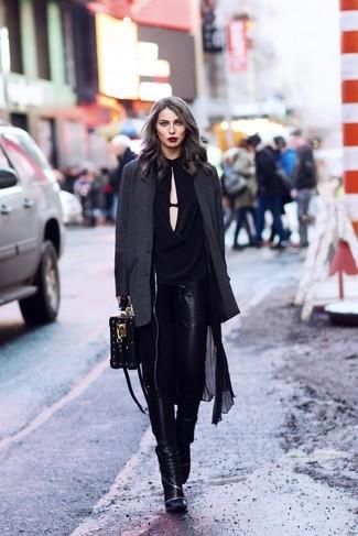 Comment porter: trench léger noir, blazer gris foncé, chemisier à manches longues noir, jean skinny en cuir noir