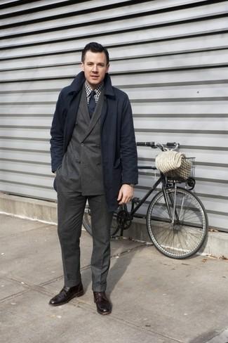 Comment porter: trench bleu marine, blazer croisé marron foncé, chemise à manches longues en vichy blanc et marron, pantalon de costume marron foncé
