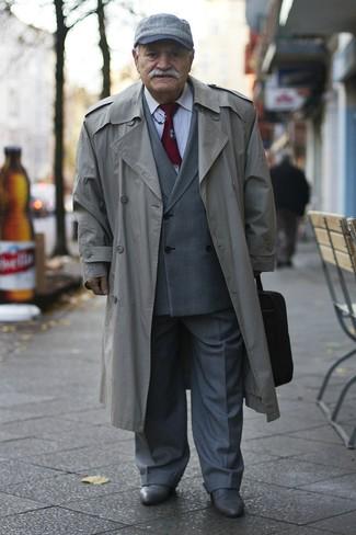 Comment porter: trench gris, blazer croisé écossais gris, chemise de ville blanche, pantalon de costume gris