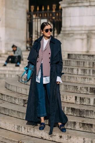 Comment porter: trench noir, blazer croisé à carreaux rouge, chemise de ville blanche, jupe-culotte en denim bleue