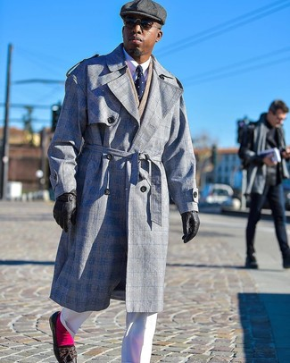 Comment porter: trench écossais gris, blazer croisé à chevrons marron clair, chemise de ville blanche, pantalon de costume blanc