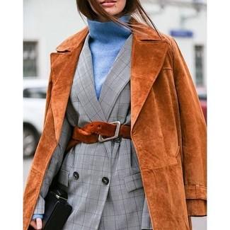 Comment porter un pull à col roulé bleu clair: Pense à opter pour un pull à col roulé bleu clair et un trench en daim tabac si tu recherches un look stylé et soigné.