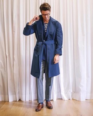 Comment porter: trench bleu marine, blazer croisé en laine bleu marine, t-shirt à col rond à rayures horizontales blanc et bleu marine, pantalon de costume en laine gris
