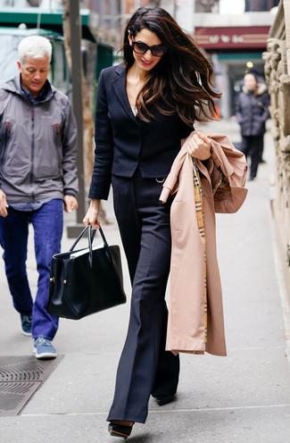 Comment porter: trench marron clair, blazer en laine noir, débardeur blanc, pantalon flare en laine noir
