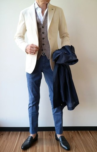Comment porter: trench bleu marine, blazer beige, gilet en laine gris, chemise de ville blanche