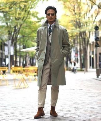 Comment porter un blazer en laine écossais gris: Essaie d'associer un blazer en laine écossais gris avec un pantalon chino marron clair pour créer un look chic et décontracté. Jouez la carte classique pour les chaussures et termine ce look avec une paire de des bottines chelsea en daim marron.