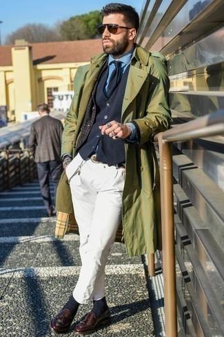 Comment porter un blazer avec une chemise de ville: Marie un blazer avec une chemise de ville pour dégager classe et sophistication. Jouez la carte classique pour les chaussures et choisis une paire de des mocassins à pampilles en cuir bordeaux.