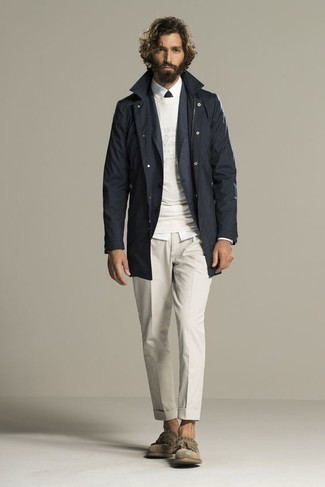 Comment porter: trench noir, blazer gris foncé, pull à col rond blanc, chemise de ville blanche