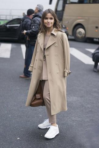 Tenue de Miroslava Duma: Trench beige, Blazer beige, Pull à col rond beige, Pantalon de costume beige
