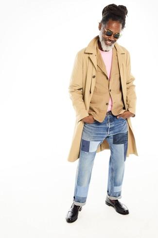 Comment porter: trench marron clair, blazer en coton marron clair, pull à col rond rose, jean à patchwork bleu clair