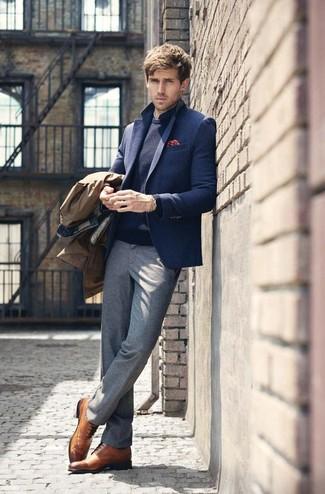 Comment porter: trench marron, blazer en laine bleu marine, pull à col rond bleu marine, chemise de ville á pois bleu marine