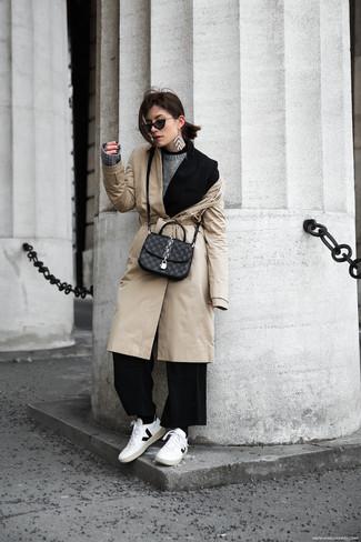 Comment porter: trench beige, blazer noir, pull à col rond gris, pantalon large noir
