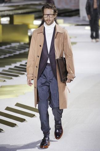 Comment porter: trench marron clair, blazer pourpre foncé, pull à col roulé blanc, pantalon chino bleu marine