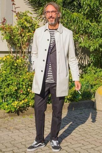 Comment porter un blazer à rayures verticales bleu marine: Essaie d'harmoniser un blazer à rayures verticales bleu marine avec un pantalon chino noir pour un look idéal au travail. Jouez la carte décontractée pour les chaussures et fais d'une paire de des baskets basses en toile noires et blanches ton choix de souliers.