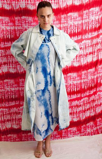 Comment porter: trench imprimé tie-dye bleu clair, robe débardeur imprimé tie-dye bleue, t-shirt à col rond imprimé tie-dye bleu, sandales à talons en cuir dorées