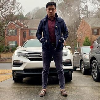 Comment porter un trench bleu marine: Pense à opter pour un trench bleu marine et un pantalon chino violet pour un look idéal au travail. Jouez la carte classique pour les chaussures et opte pour une paire de des slippers en cuir marron.