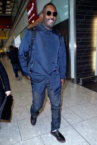Tenue de Idris Elba: Trench bleu marine, Jean bleu marine, Bottines chukka en cuir noires, Sac à dos bleu marine