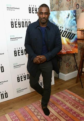 Tenue de Idris Elba: Trench bleu marine, Pull à col rond bleu marine, Pantalon chino noir, Espadrilles en daim noires