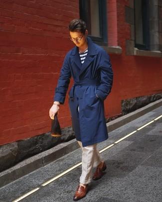 Comment porter: trench bleu marine, t-shirt à col rond à rayures horizontales blanc et bleu marine, pantalon de costume en lin beige, slippers en cuir marron