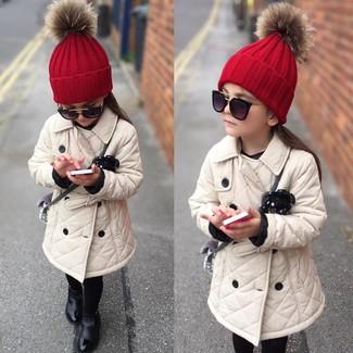Comment porter: trench beige, bottes noires, bonnet rouge, lunettes de soleil noires