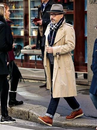 Comment porter: trench beige, cardigan à col châle gris foncé, jean bleu marine, bottes de loisirs en cuir tabac