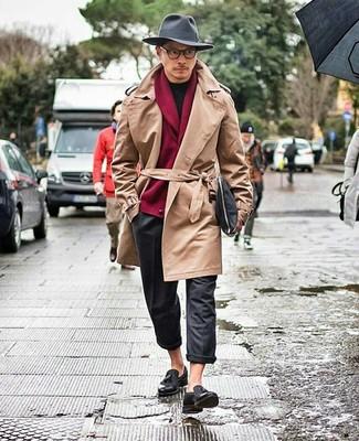Comment porter: trench marron clair, cardigan à col châle bordeaux, t-shirt à col rond noir, pantalon chino en laine gris foncé