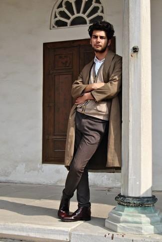 Comment porter un pantalon chino marron foncé: Associer un trench marron clair avec un pantalon chino marron foncé est une option avisé pour une journée au bureau. Assortis ce look avec une paire de des bottes de loisirs en cuir bordeaux.