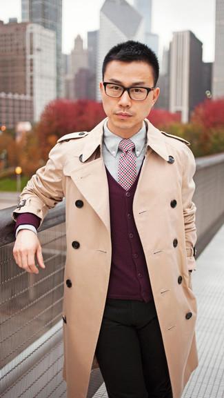 Comment porter: trench marron clair, cardigan bordeaux, chemise de ville grise, jean noir
