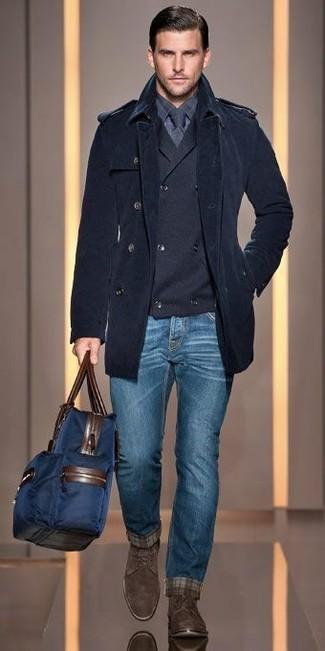 Comment porter un cardigan croisé: Pour une tenue de tous les jours pleine de caractère et de personnalité associe un cardigan croisé avec un jean bleu. Ajoute une paire de des bottes habillées en daim marron foncé à ton look pour une amélioration instantanée de ton style.