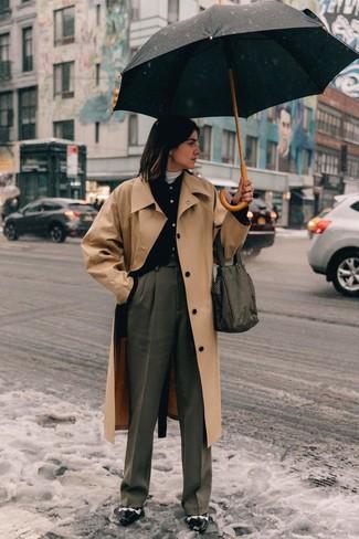 Comment porter: trench marron clair, cardigan noir, pull à col roulé blanc, pantalon large gris