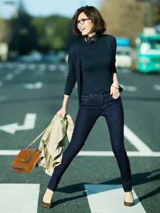 Associer un cardigan noir Maison Margiela avec un jean skinny bleu marine est une option confortable pour faire des courses en ville. Une paire de des escarpins en daim olive est une option astucieux pour complèter cette tenue.