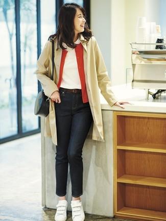 Comment porter: trench marron clair, cardigan rouge, t-shirt à col rond blanc, jean noir
