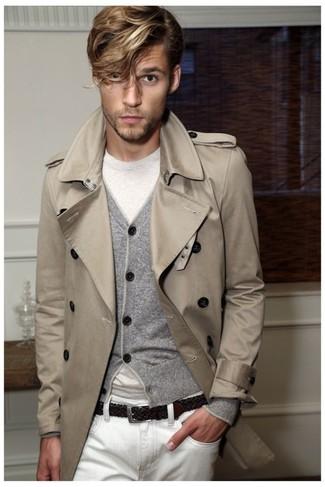 Comment porter: trench beige, cardigan gris, t-shirt à col rond blanc, jean blanc